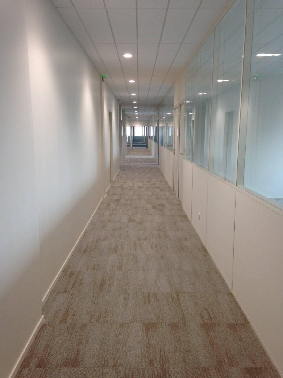 pose de sols imitation bois clair dans des bureaux à Marseille